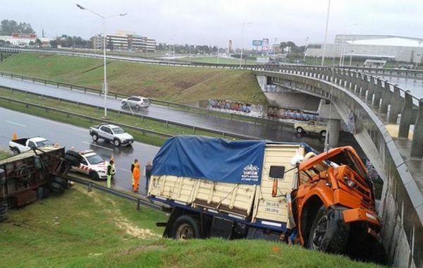 Así quedó el camión al impactar contra el borde lateral de la colectora de Cincunvalación y Oroño. (Foto@martinpigazzi)