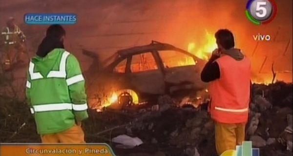 Espectacular incendio de un auto que cayó de un puente en Circunvalación y Pineda