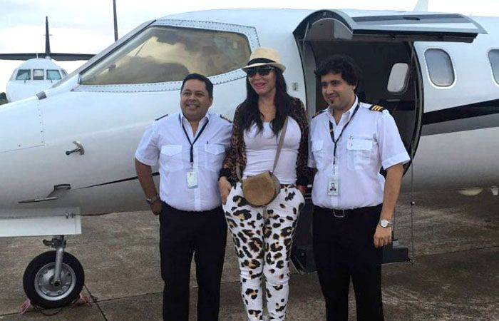 La actriz realizó una escapada al país vecino y poso con los pilotos que la llevaron.