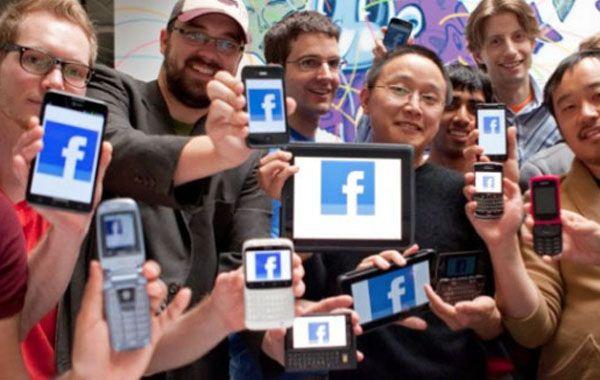 La foto de los fans ilustra a la vez sobre un nuevo fenómeno que se da en la red social: más de la mitad de sus seguidores acceden cotidianamente a través de los teléfonos móviles.