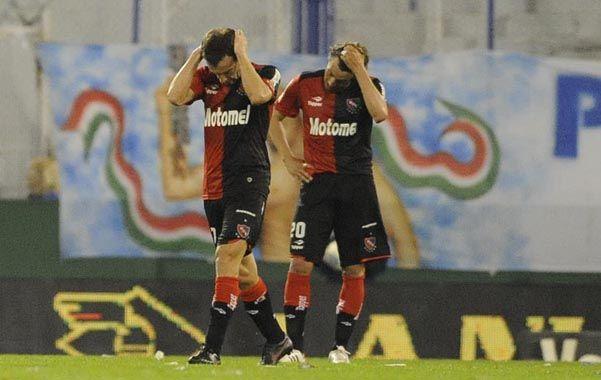 Los jugadores de Newells se toman la cabeza ante el desconcierto por el bajo rendimiento del equipo. (Foto: G. de los Ríos)