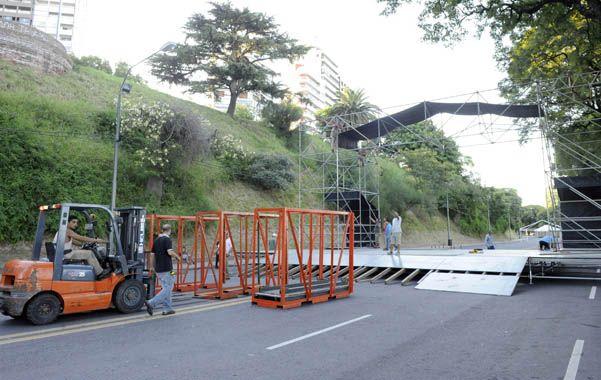 Preparativos. Los operarios trabajaban ayer a destajo para terminar de armar el escenario central del corsódromo. (foto: Gustavo de los Ríos)