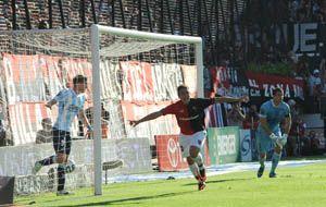 Ezequiel Ponce anotó uno de los dos tantos en la victoria leprosa sobre Racing