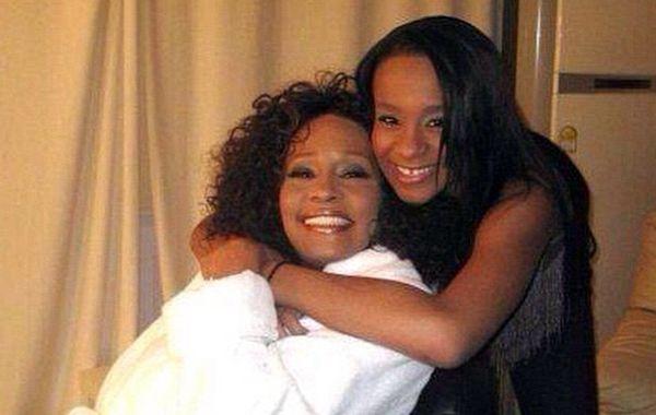 Una foto de Bobbi Kristina con su madre
