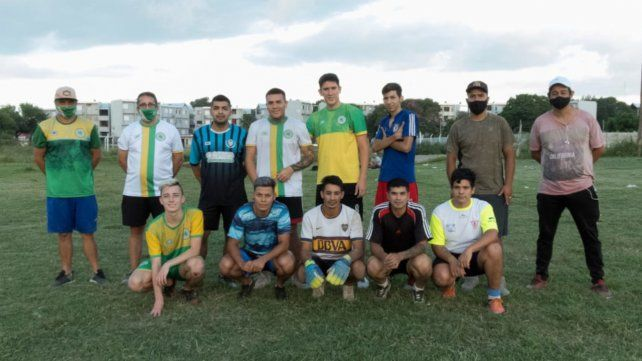 Pisa fuerte en la Rosarina:Los integrantes del club de la zona oeste que dieron el puntapié inicial en el fútbol local.