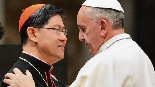 abrazo. El Papa tiene plena confianza en el filipino Tagle.