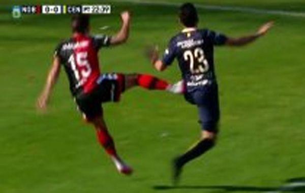 La falta de Casco a Nery Domínguez. (Foto: captura de TV)