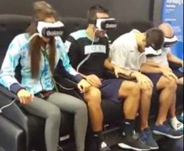 Deportistas argentinos se divierten en un simulador de realidad virtual en la Villa Olímpica