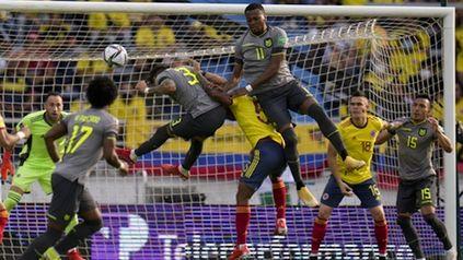 Piero Hincapie, el 3 de Ecuador, les gana a todos en el juego aéreo en el área colombiana.
