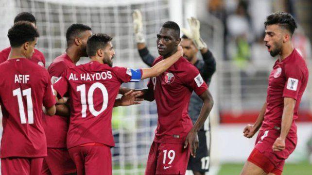 Festejo qatarí. El capitán Al Haydos felicita al único punta de la selección asiática