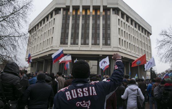 Desafío separatista. Ciudadanos crimeos manifiestan a favor de Rusia frente al Parlamento de Sinferopol.