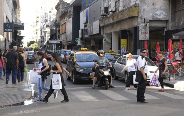 Balance positivo. La liberación del estacionamiento en la previa de Navidad generó mayor movimiento de gente en el centro. (foto: Enrique Rodríguez Moreno)