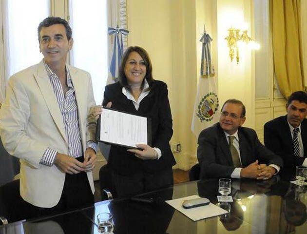 El ministro Randazzo hizo entrega de 10 millones de pesos para financiar las obras en el Apeadero Sur.