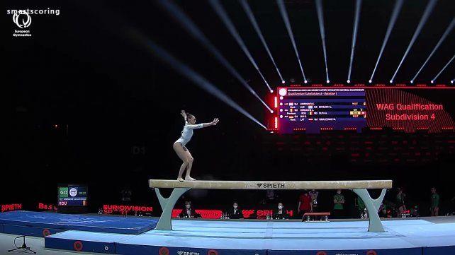 La gimnasta a la que comparan con Nadia Comaneci, como ella, brilla en la barra de equilibrio.