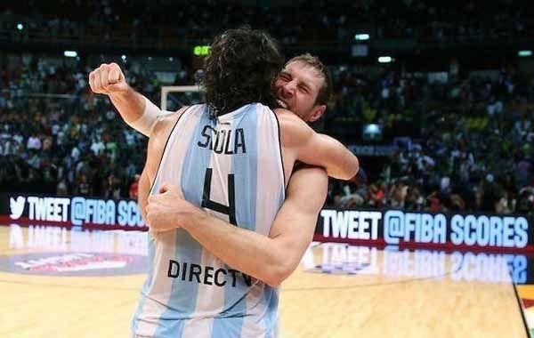 El emotivo abrazo entre dos de la Generación Dorada: Lus Scola y Andrés Nocioni.