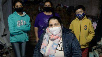Leila Jaime, de 28 años, salió de la UTI Covid hace dos semanas y aún camina con andador. Acá acompañada por su hermana Agustina, su mamá Miriam y su hermanito Uriel.