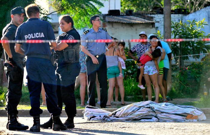 Efectivos de la policía trabajan en el lugar de los hechos. (Foto: Francisco Guillén)