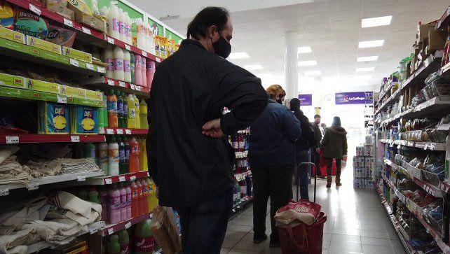 Preocupación entre los consumidores. Comparar precios y elegir los más baratos es una tarea de todos los días en el supermercado.