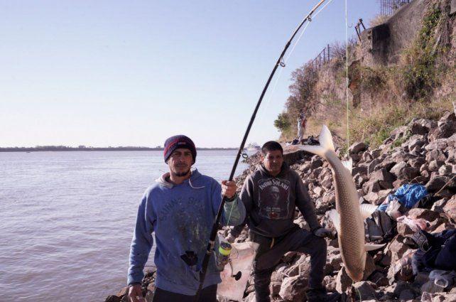 Los pescadores Emanuel Berón y Gabriel Canelo