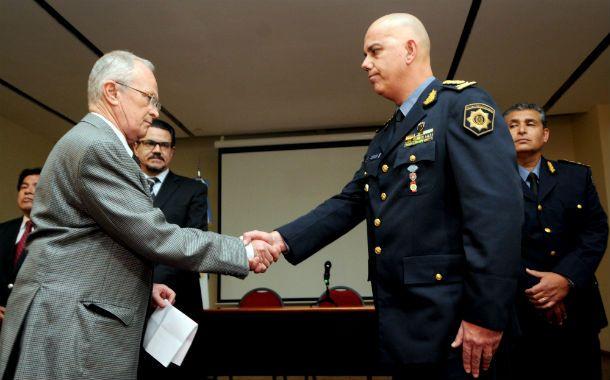 El ministro Lamberto pone en funciones al nuevo jefe de la policía provincial. (Foto: Gentileza Diario Uno de Santa Fe).
