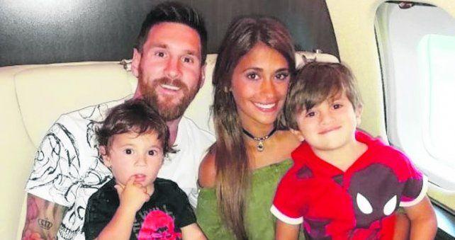 avión. La famosa pareja viajando en familia junto a Thiago y Mateo.