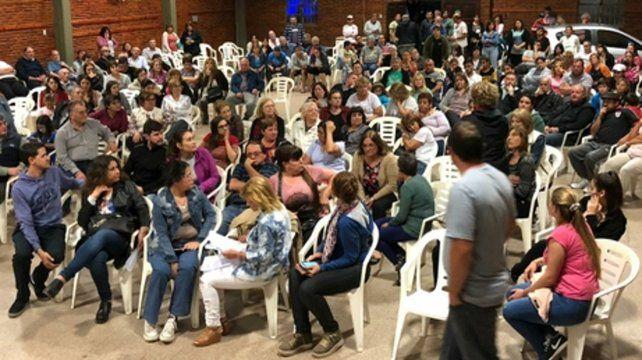 Reclamo y Tensión. Amplia convocatoria tuvo anoche la asamblea.