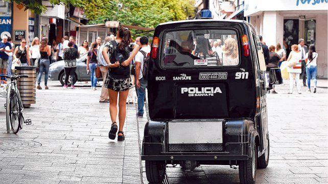 Postal de los paros. El carrito eléctrico de la policía recorrió las peatonales en las últimas medidas de fuerza de los municipales.