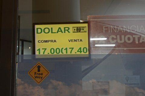 Demandado. Las pizarras rosarinas reflejaron la fuerte devaluación que experimenta el peso por estas horas.