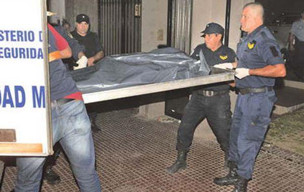 El final. La policía retira el cuerpo de Esther López de Auad de su casa.
