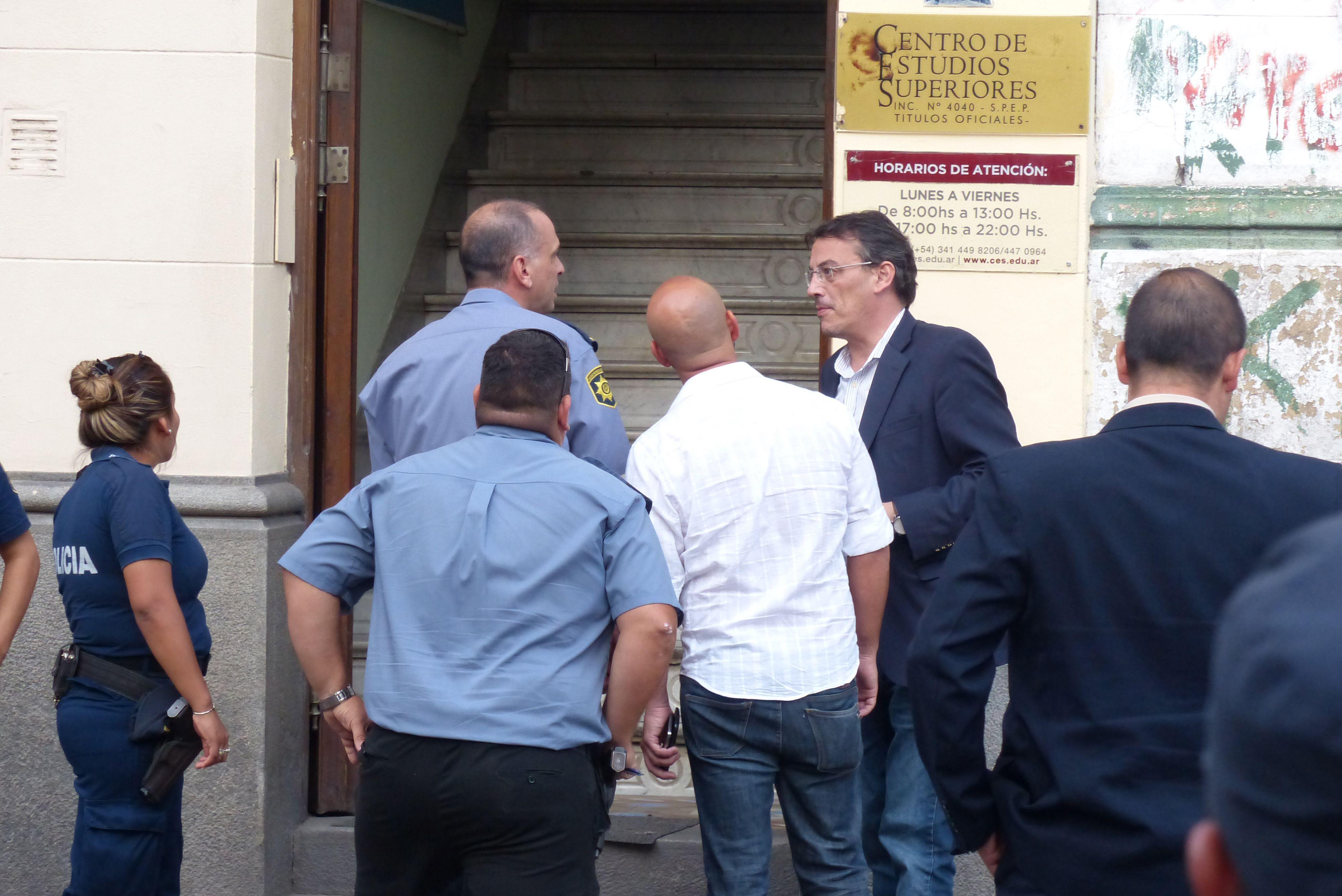 En acción. El fiscal Ademar Bianchini (a la derecha) dialoga con los policías en el lugar donde fue baleado Mansilla.(Angel Amaya / La Capital)