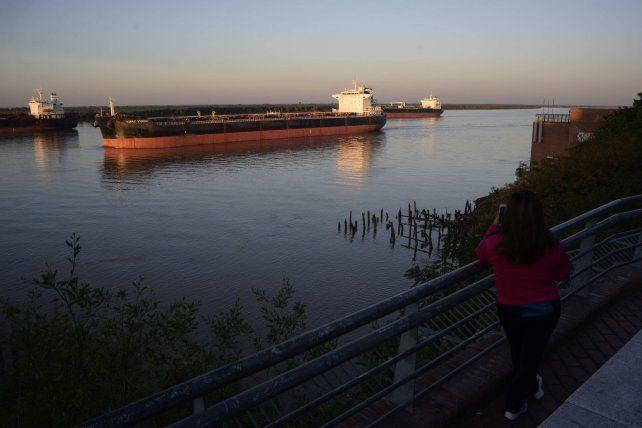 Los barcos esperaban este jueves en la costa central de Rosario su turno para llegar hasta los puertos del cordón industrial.