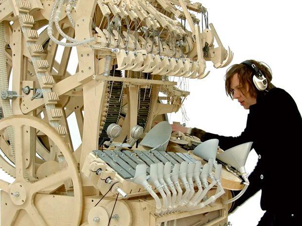 Un músico sueco materializó su idea con la creación de una máquina musical a base de bolitas.