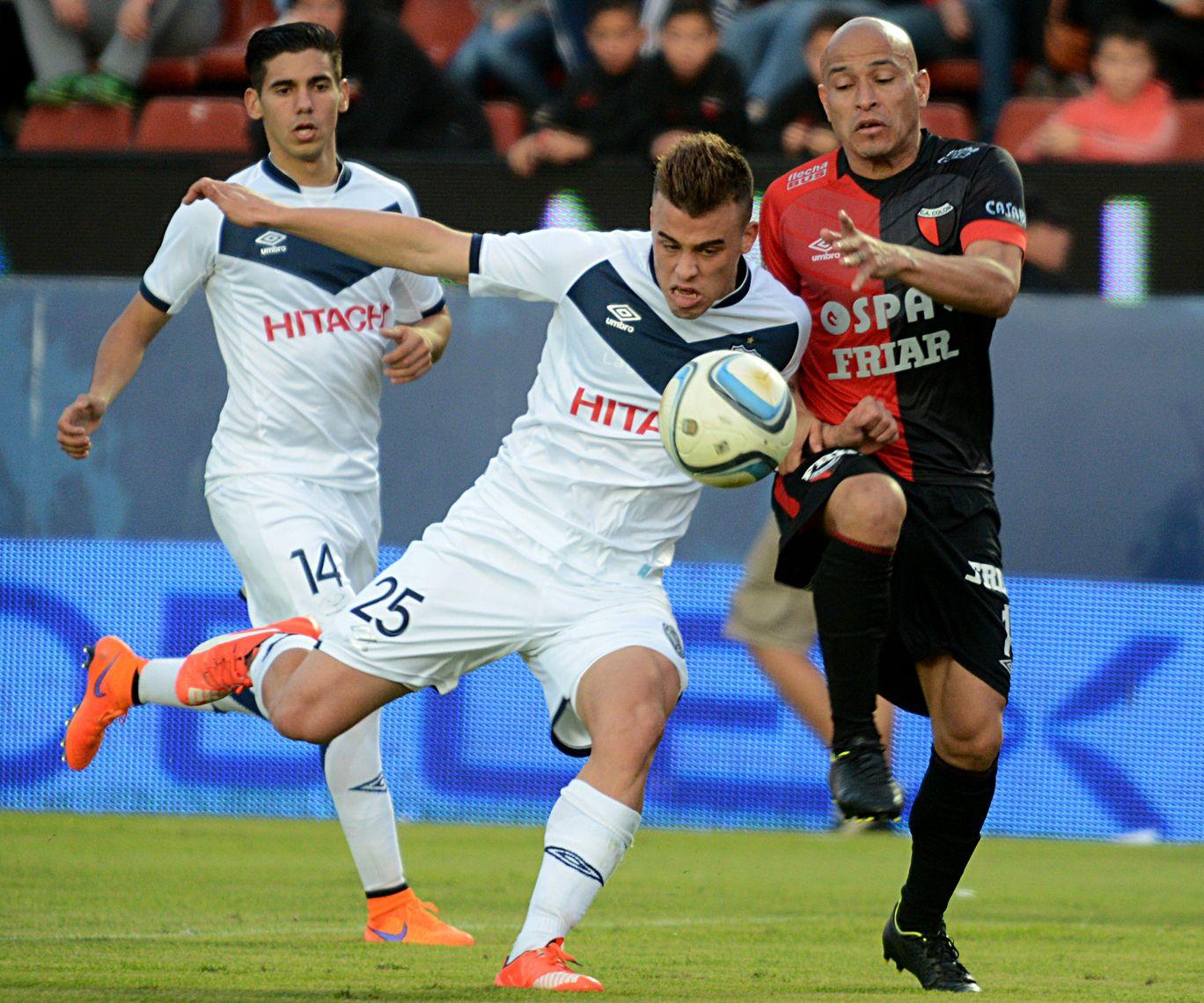 El volante velezano Compagnucci lucha por la pelota con el lateral Rodríguez.