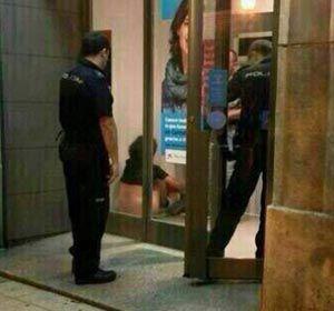 La policía española interrumpe el fogoso momento amoroso de la pareja.