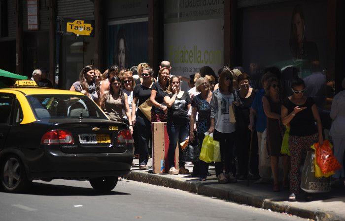 Un clásico navideño. Colas en el centro para esperar taxis luego de las compras de fin de año. (foto: Celina Mutti Lovera)