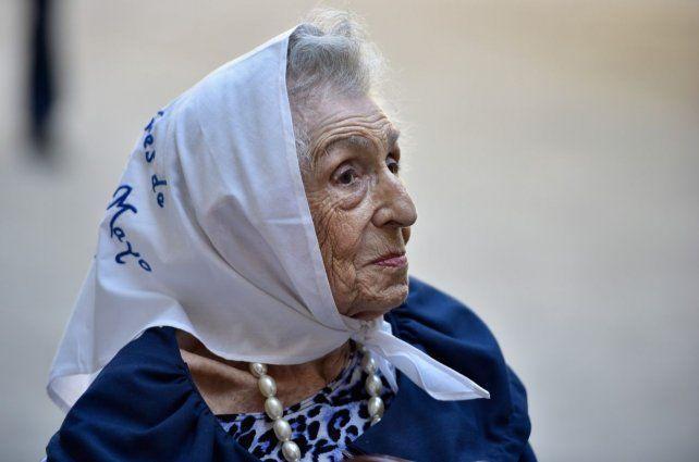 Adela Panelo de Forestello con el tradicional pañuelo blanco de las Madres.