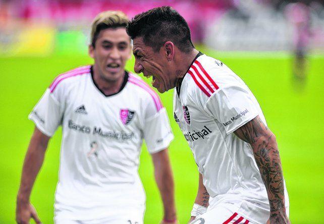 Lo gritó con furia. Sarmiento ensayó un bailecito para festejar el gol. Joaquín Torres lo busca para abrazarlo.