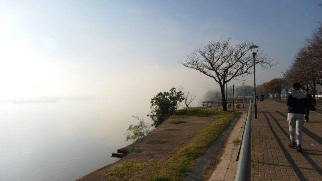 Niebla y humo en la mañana rosarina.