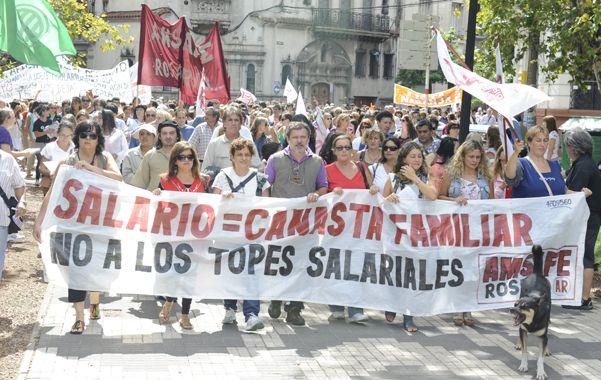 En pie de guerra. Los docentes marcharon y confluyeron en la plaza San Martín
