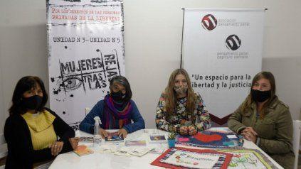 Representantes de las asociaciones Mujeres tras las rejas y Pensamiento penal en la nueva sede de Tucumán 2647, donde se brindarán talleres para las detenidas y las mujeres que las acompañan y asisten.
