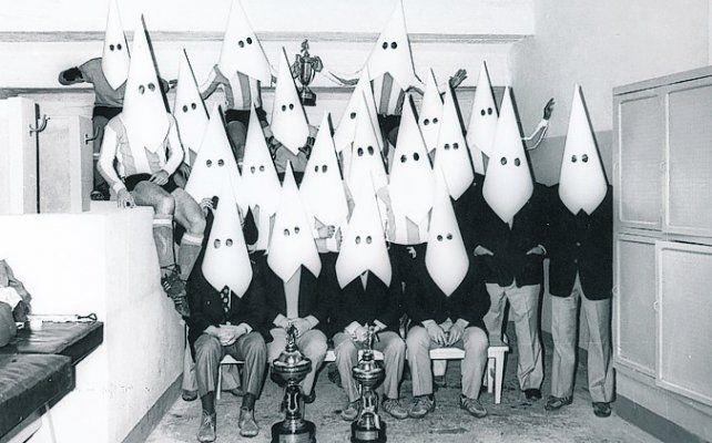 Con cartulinas. La foto fantasma fue sacada en La Paz antes del partido del 73.