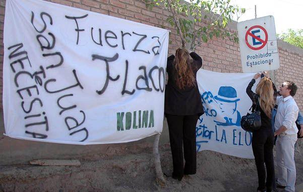 El aguante. Militantes del peronismo sanjuanino hicieron llegar muestras de apoyo al gobernador.