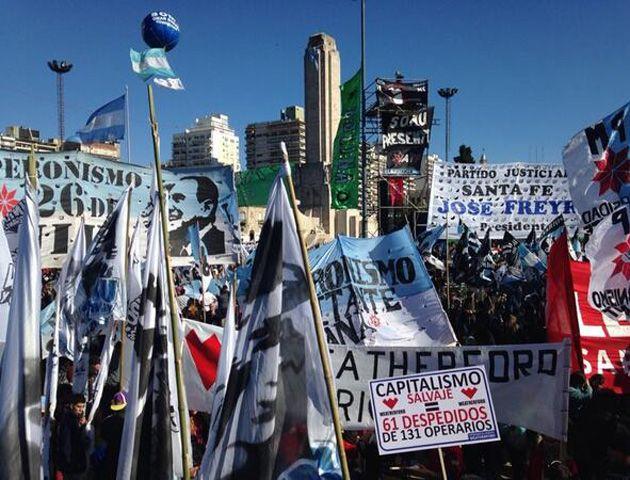 Frente al escenario está repleto de militantes de agrupaciones políticas. (Twitter)