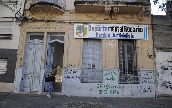 Las pintadas contrarias a Cristina aparecieron hoy en el PJ rosarino y un local de La Campora. (Foto: C.M.Lovera)