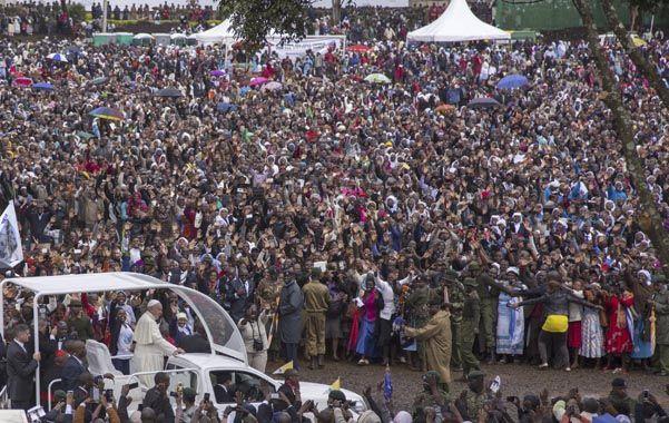 Imponente.  Francisco fue aclamado por una multitud ayer al llegar al campus de la Universidad de Nairobi. (NA)