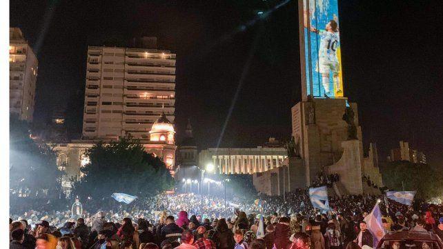 Locura y festejos en el Monumento a la Bandera tras la consagración de la selección de Lionel Messi.