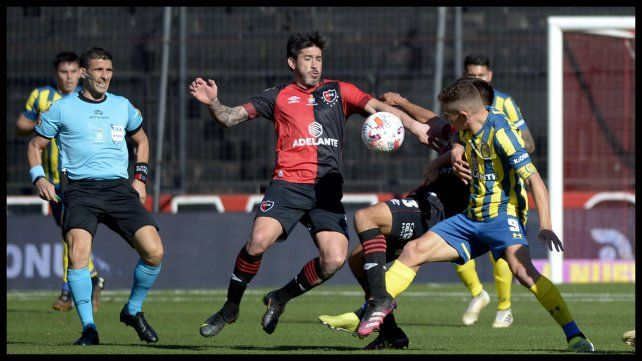 Pablo Pérez y Marco Ruben disputan una pelota en area de Newell