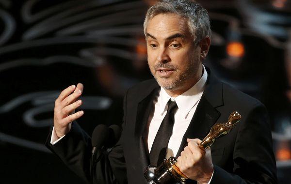 Alfonso Cuarón agradece con la estatuilla entre sus manos por mejor director.