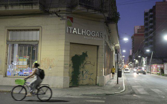 Atacaron el frente de un local comercial de Ricardo Carloni y amenazaron a sus hijas por las redes sociales