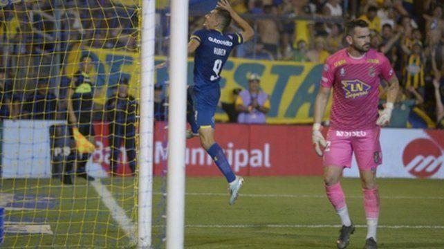 Un salto característico. El de Marco Ruben gritando sus goles. Este fue el de penal frente a Arsenal